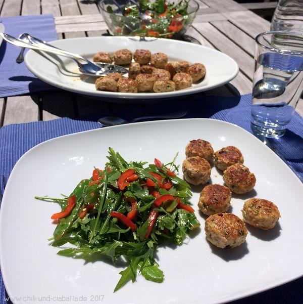 Asiatische Fleischbällchen mit buntem Salat