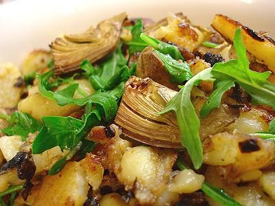 Kartoffel-Artischocken-Pfanne mit Rucola