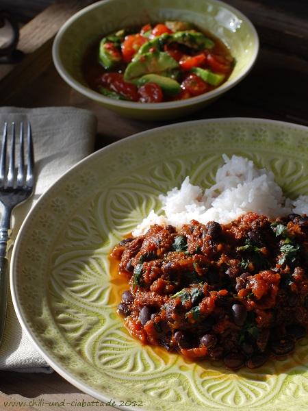 Schwarze Bohnen in mexikanischer Mole-Sauce mit Avocado-Tomaten-Salat
