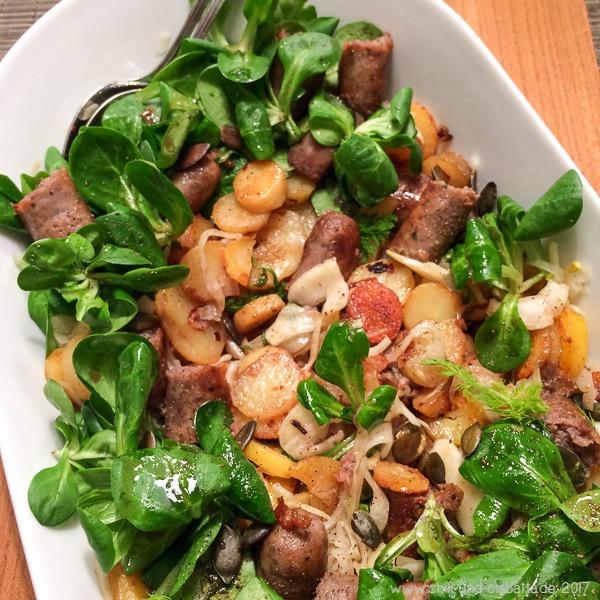 Bratkartoffelsalat mit Fenchel, Feldsalat und Bratwurst