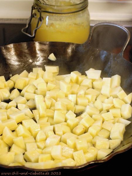 rohe Kartoffeln in der Pfanne