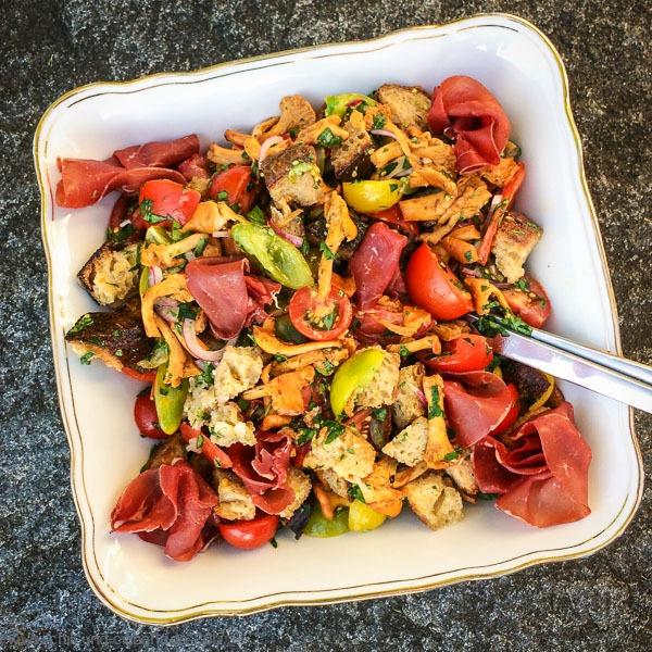 Brot-Salat mit Pfifferlingen und Tomaten