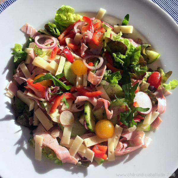 Bunter Salat mit Käse und Schinken