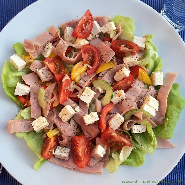 Bunter Salat mit Schinken und Schafskäse