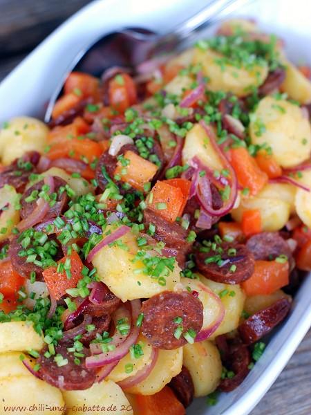 Warmer Kartoffelsalat mit Chorizo, Paprika und roten Zwiebeln