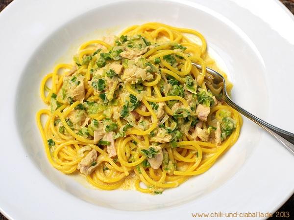 Curry-Spaghetti mit Frühlingszwiebeln und Huhn