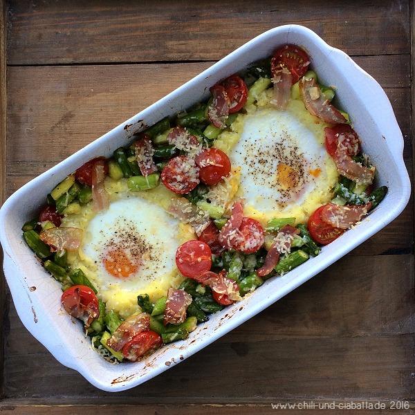 Eier im Kartoffelpüreenest mit Spargel und Tomaten