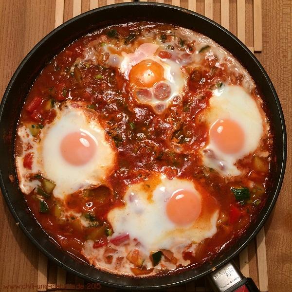 Geschmortes Ei auf orientalischem Gemüse (Shakshuka)