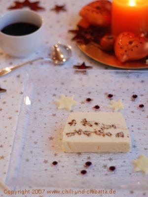 Eisterrine mit Nusskrokant und Heidelbeersauce