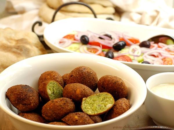 Ta'amia mit Joghurt-Tahinisauce, khubz, Tomaten, Gurken und Zwiebeln