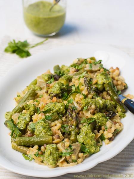 Fregola-Pilaf mit grünem Spargel und grüner Chilisauce