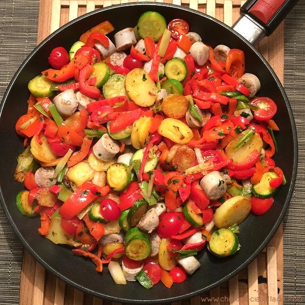 Gemüse-Kartoffel-Gröstl mit Bratwurst