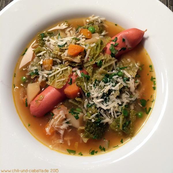 Bunte Gemüsesuppe mit Würstchen