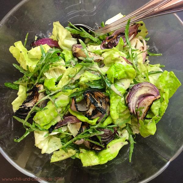 Salat mit gegrillten roten Zwiebeln und Tahini-Dressing