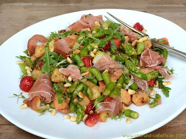 Bunter Spargelsalat mit Erdbeeren und Croutons
