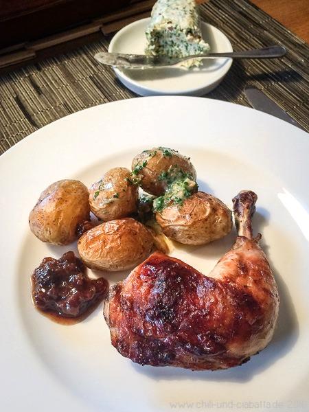 Hähnchenschenkel und Kartoffeln vom Blech mit nussiger Kresse-Blauschimmelkäse-Butter