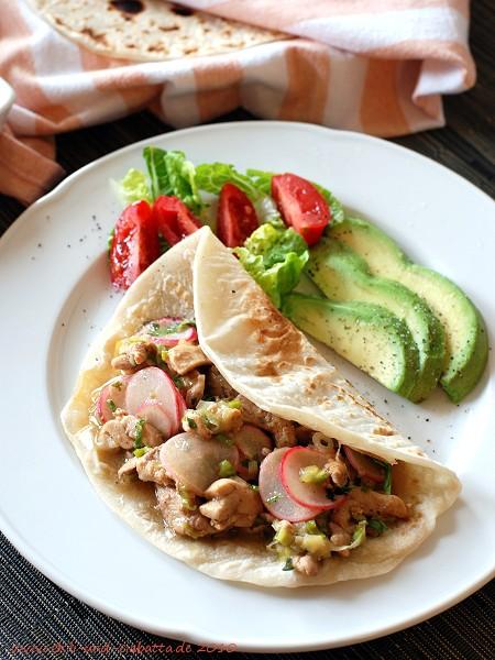 Tortillas gefüllt mit pfannengerührtem Hähnchen mit Radieschen,  Chipotles und Limette