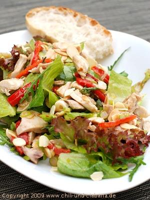 Blattsalat mit Hähnchen, Piquillos und Mandeln