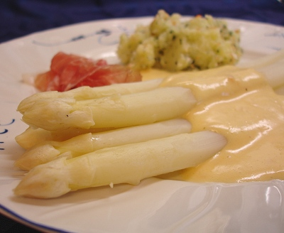 Spargel mit Kokos-Hollandaise