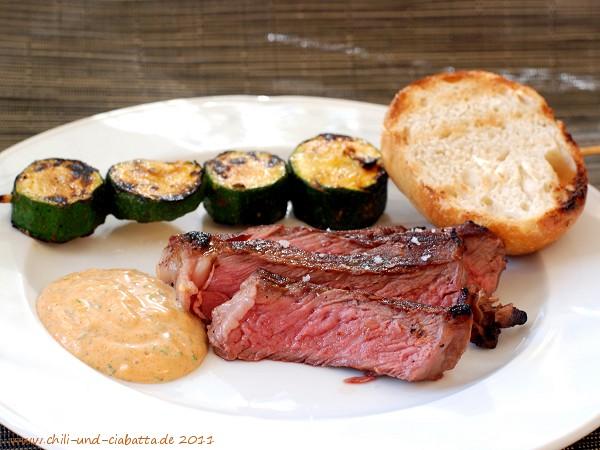 Hohe Rippe vom Grill, Zucchinispieße und Aioli mit geräuchertem Paprika