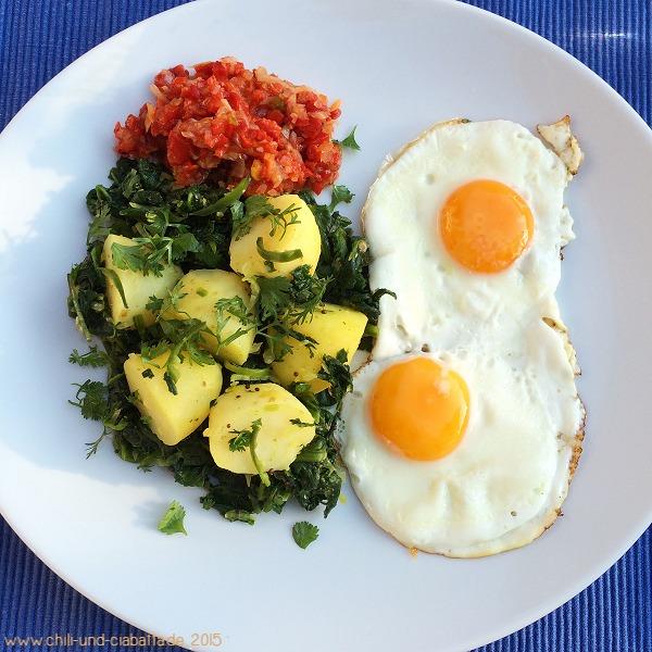 Indisch inspirierte Spinat-Kartoffeln mit Spiegelei und Paprika-Relish