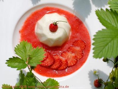 Kokos-Ingwer-Panna Cotta mit Erdbeeren