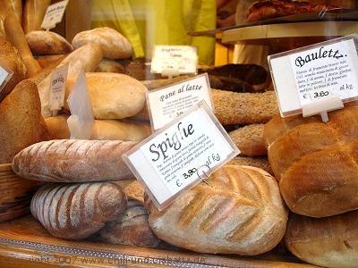 Brote in Schaufenster einer Bäckerei