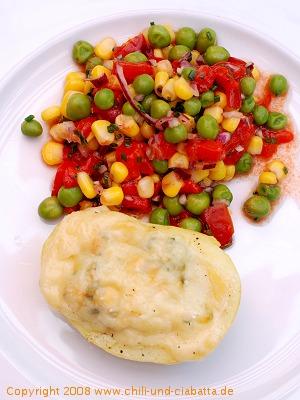 Käsekartoffeln mit buntem Gemüsesalat