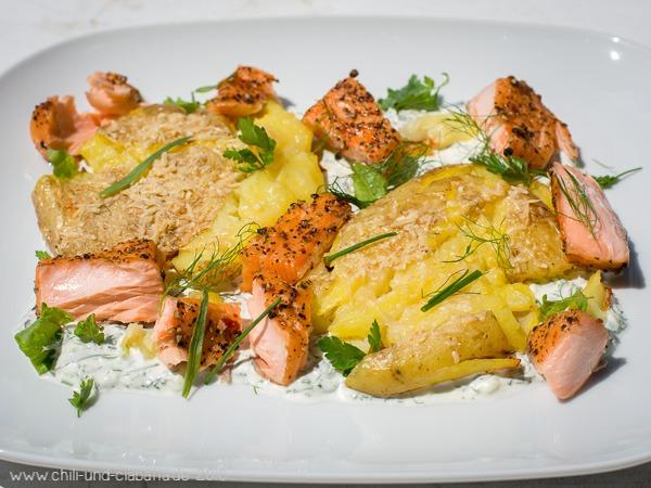 Platt gedrückte Parmesan-Ofenkartoffeln mit Stremellachs