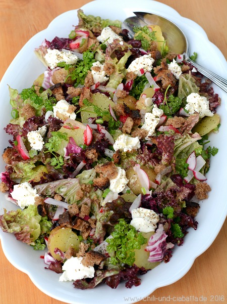 Salat mit neuen Kartoffeln, Radieschen, Frischkäse und knusprigen Roggenbröseln