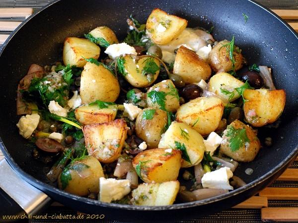 warmer Bratkartoffelsalat mit Kapern, Oliven und Feta
