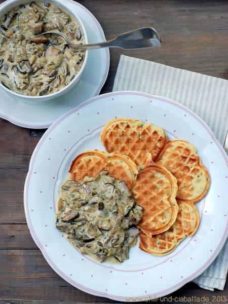 Kartoffelwaffeln mit Waldpillzen in Sahnesauce