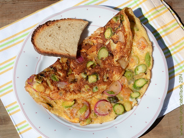 Kimchi-Omelett mit grünem Spargel und Radieschen