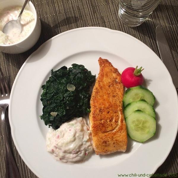 Lachs mit Blattspinat und Gurken-Radieschen-Raita