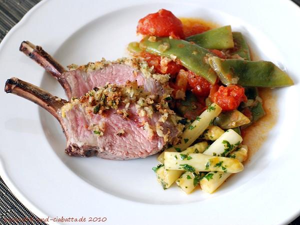 Lammkoteletts mit grünen Bohnen, Tomaten und Spargel
