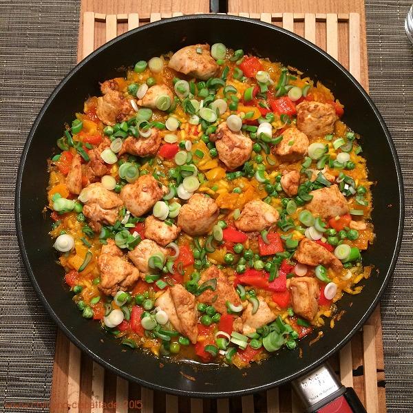 Leichte Paellapfanne mit Hähnchen, Paprika und Erbsen
