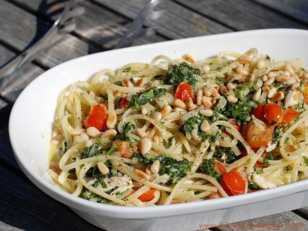 Linguine mit Spinat-Gorgonzola-Sauce und Tomaten