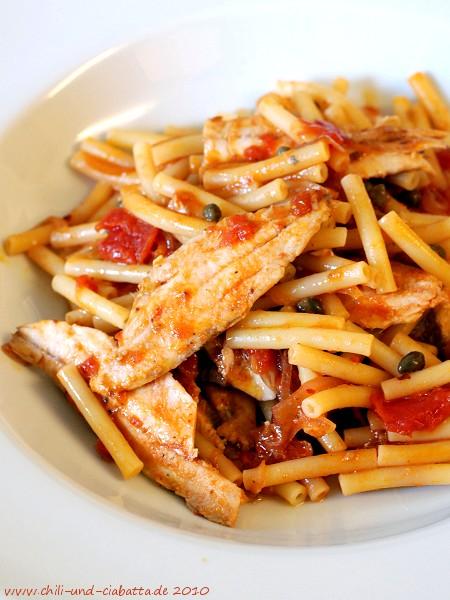 Macceroni mit Sardinen und Sardellen-Tomatensauce