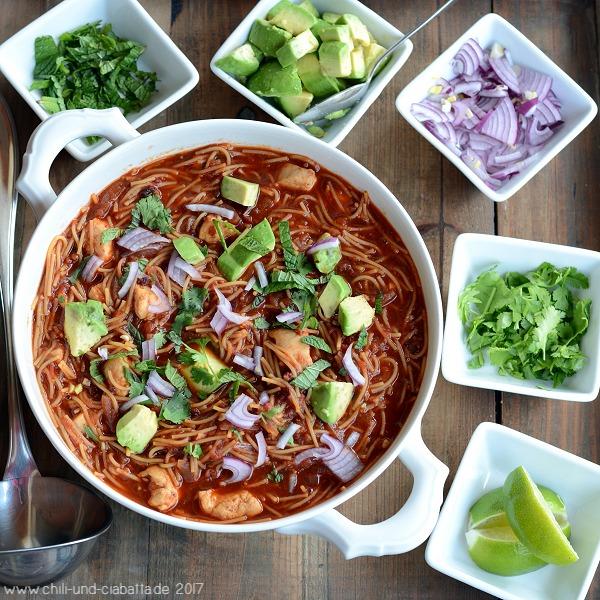 Mexikanische Nudelsuppe mit Huhn