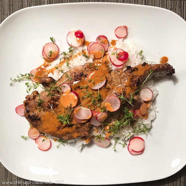Mayo-Miso-marinierte Schweinekoteletts auf Reis mit marinierten Radieschen und Kresse