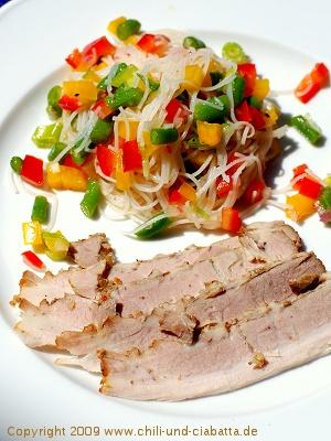 Nudelsalat mit Zitrus-Dressing und kaltem Schweinebauch