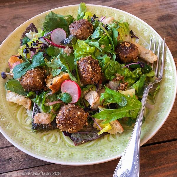 Orientalischer Brot-Salat mit Dukkah-Hackbällchen