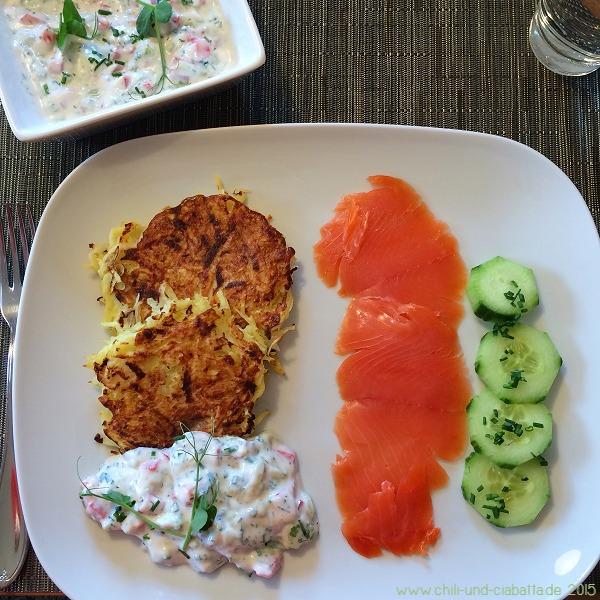 Kartoffel-Kohlrabi-Puffer mit Gurken-Paprika-Quark und geräuchertem Lachs