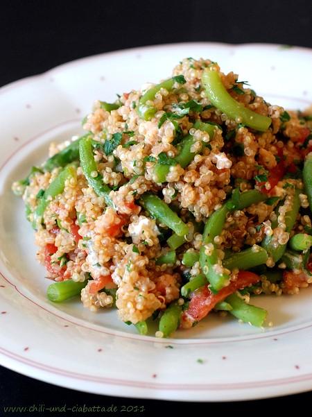 Quinoa mit Bohnen, Tomaten und Ziegenfrischkäse