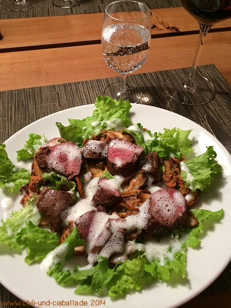 Rehrücken und Pilzsalat auf geröstetem Brezenchip mit Buttermilch-Wacholderschaum