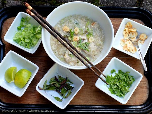 Reissuppe mit Huhn und Garnitur
