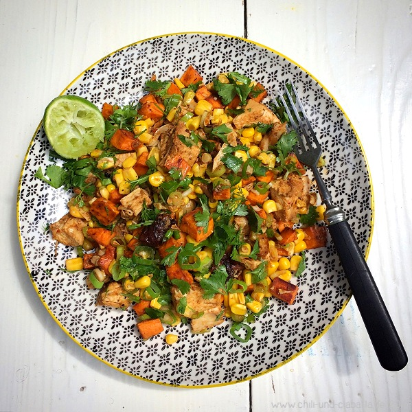 Cajun-Salat mit gebratenem Hähnchen, Mais und Süßkartoffeln