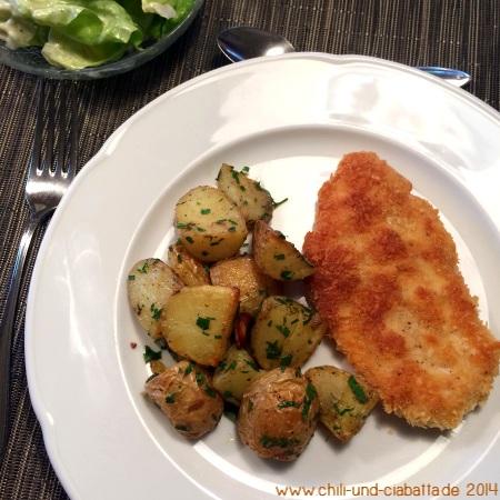 Röstkartoffeln mit Sardellen und Zitrone, paniertes Hähnchenbrustfilet