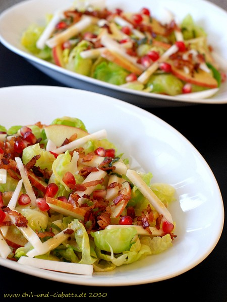 Rosenkohl-Salat mit warmer brauner Butter-Vinaigrette, Apfel und Granatapfelkernen
