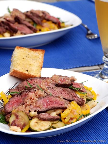 Rucolasalat mit Paprika, Bohnen, Zucchini und Hanger Steak